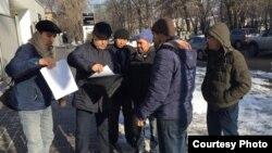 """""""Атажұрт еріктілері"""" және белсенділер БҰҰ-ның Қазақстандағы өкілдігі алдында тұр. Алматы, 17 қаңтар 2020 жыл."""