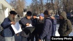 Активисты «Атажұрт еріктілері» у представительства ООН в Казахстане. Алматы, 17 января 2020 года.