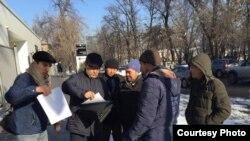 Активисты и представители общественного объединения «Атажұрт еріктілері», поднимающего проблему притеснений этнических казахов в Синьцзяне, у представительства ООН. Алматы, 17 января 2020 года.
