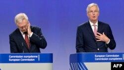 Глава делегации ЕС Мишель Барнье и представитель Британии на переговорах Дэвид Дэвис