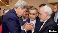 ABŞ-nyň döwlet sekretary Jon Kerri (çepde) Eýranyň prezidentiniň dogany Hossein Fereýdoun (ortada) we daşary işler ministri Jawad Zarif (sagda) gepleşýär. 14-nji iýul, 2015 ý.