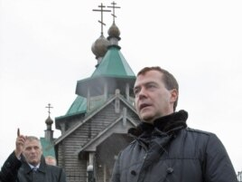 Дмитрий Медведев и Александр Хорошавин на острове Кунашир (Южные Курилы), 2010 год