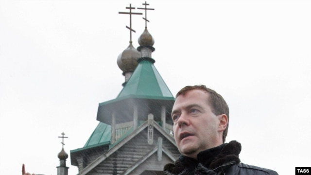 President Dmitry Medvedev (right) speaks with Sakhalin Oblast Governor Aleksandr Khoroshavin on Kunashir today.