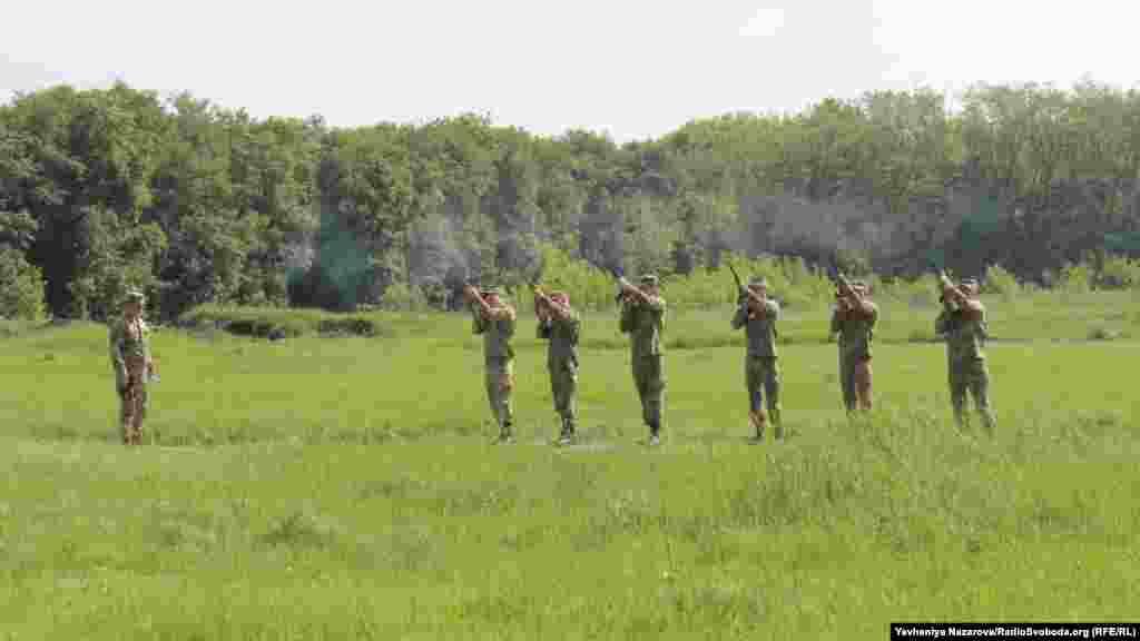 Салют із гвинтівок –почесна варта віддає військові почесті невідомим солдатам