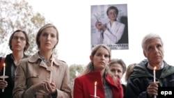 Через девять дней после убийства память Анны Политковской почтили у российского посольства в Вашингтоне
