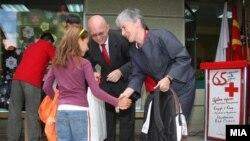 Американскиот амбасадор Филип Рикер ја предава донацијата во училиштен прибор и зимска облека за децата-бегалци од Косово во Центарот за подршка на бегалци во Скопје