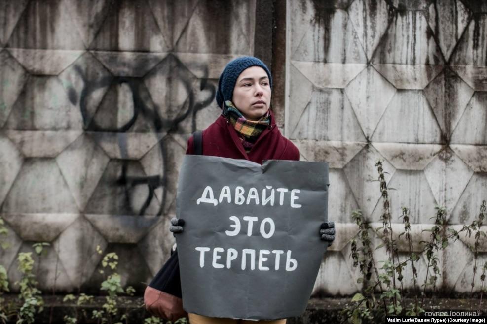 """Как написали организаторы события, перфоманс """"увы-парад"""" отражает нынешнее депрессивное настроение народа в России"""
