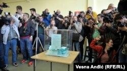 Сербська виборча дільниця, де голосує прем'єр-міністр і кандидат у президенти Александр Вучич, 2 квітня 2017 року