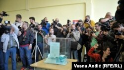 Сербский избирательный участок, где голосует премьер-министр и кандидат в президенты Александр Вучич, 2 апреля 2017