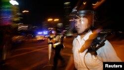نیروهای پلیس طی سه روز گذشته شروع به جمعآوری موانع معترضان در خیابانهای شهر کردهاند