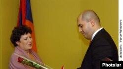 Արմեն Աշոտյանը հանձնում է պարգեւները: 2-ը հոկտեմբերի, 2009թ.