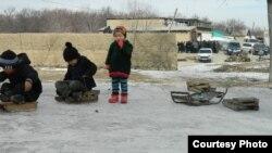 Чек арадагы Ак-Сай айылынын балдары, арыда эл топтолуп турат. 12-январь, 2014.