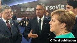 Солдан оңға қарай: Украина президенті Петр Порошенко, АҚШ президенті Барак Обама, Германия канцлері Ангела Меркель НАТО саммитінде әңгілемесіп тұр. Варшава, 8 шілде 2016 жыл.