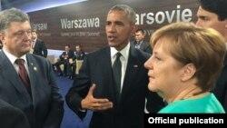 Петр Порошенко, Барак Обама и Ангела Меркель во время саммита НАТО в Варшаве, 8 июля 2016 года.