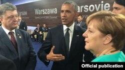 Петр Порошенко, Барак Обама и Ангела Меркель во время саммита НАТО в Варшаве, 8 июля 2016