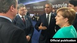 Президент України Петро Порошенко (л) разом із американським колегою Бараком Обамою та канцлером Німеччини Анґелою Меркель (п), Варшава, 9 липня 2016 року
