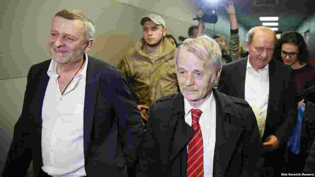 Освобожденных заместителей главы Меджлиса крымскотатарского народа Ильми Умерова и Ахтема Чийгоза встречают в киевском аэропорту «Борисполь».