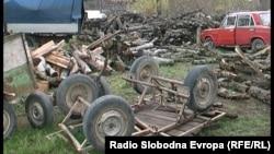 Запленети дрва за оргев и моторни возила со кои се превезувале дрва од дрвокрадци во дворот на прилепската подружница на Македонски шуми, Црн Бор, во Прилеп.