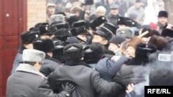 Оппозицияның наразылық митингісінен соң шерумен көшеге шықпақ болған бір топ адамның жолын полицейлер бөгеп, оларды тоқтатпақ болды. Алматы, 30 қаңтар 2010 жыл.