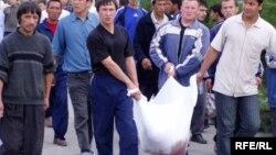 Галима Бухарбаева и Кудрат Бабаджанов покинули Узбекистан после освещения Андижанских событий 13 мая 2005 года, когда правительственные войска без предупреждения расстреляли сотни мирных участников протеста. Андижан, 14 мая 2005 года.