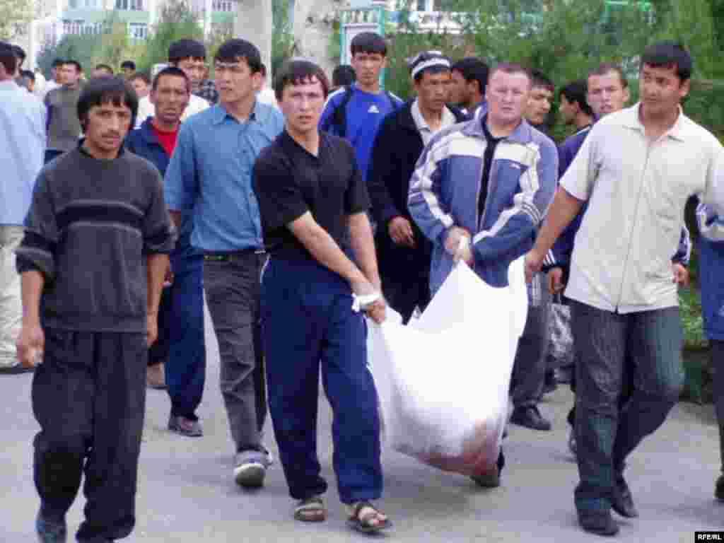 Жергілікті тұрғындар билік күшпен басқан наразылық шеруінде қаза болған адамның денесін алып келе жатыр. Әндіжан, 14 мамыр 2005 жыл.
