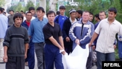 Uzbekistan - Residents carrying dead bodies after Government Crackdown, Andijon, 14May2005