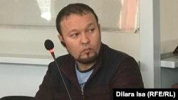 Руслан Жанпейісов (сол жақта) сот залында отыр. Шымкент, 13 қаңтар 2020 жыл.