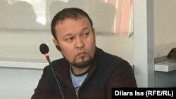 Белсенді Руслан Жанпейісов сот залында отыр. Шымкент, 13 қаңтар 2020 жыл.