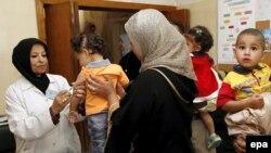 تطعيم أطفال في مركز صحي ببغداد