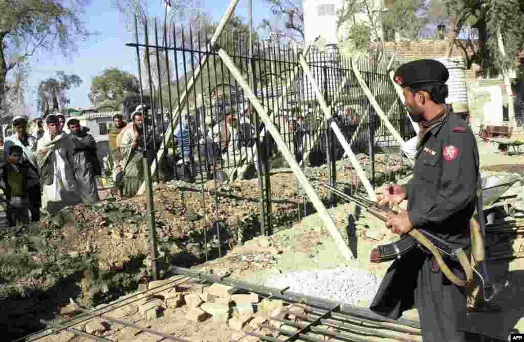 Есть стена и на границе между Пакистаном и Афганистаном. Президент Пакистана уверен, что преграда поможет остановить проникновение в страну боевиков и наркотиков.
