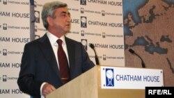 Великобритания - Президент Армении Серж Саргсян выступает в Chatham House, Лондон, 10 февраля 2010 г.