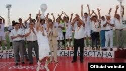 Футболисты празднуют победу