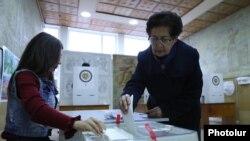 На одном из избирательных участков в Армении, 9 декабря 2018 года.