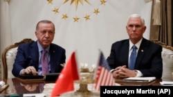 Президент Турции Реджеп Эрдоган и вице-резидент США Майк Пенс на встрече в Анкаре, 17 октября 2019 года.