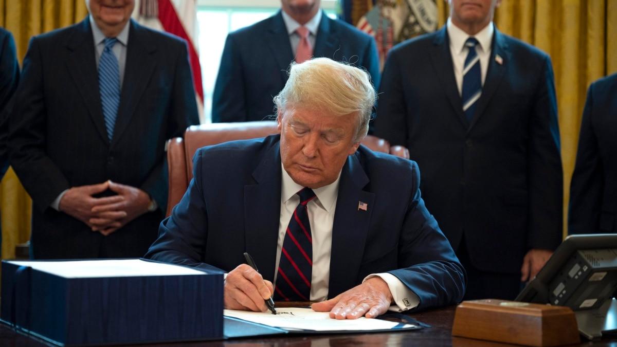 США: Трамп подписал закон о 2,2 триллиона долларов на поддержку экономики
