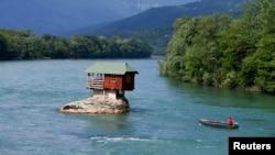 Kuća na rijeci Drini u blizini Bajine Bašte i granice sa BiH