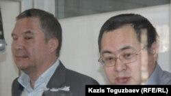 Серікжан Мәмбеталин (сол жақта) мен Ермек Нарымбаев сотта тұр. Алматы, 21 желтоқсан 2015 жыл.
