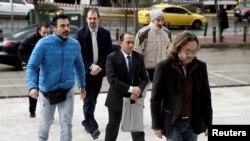 Dvojica od osam turskih vojnika pred sudom u Ateni u januaru 2017.
