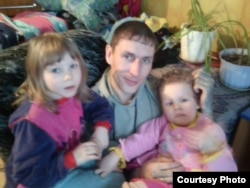 Vyacheslav Abdulli with his two children (file photo)