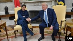 دونالد ترامپ (راست) در حال دست دادن به عمران خان، نخستوزیر پاکستان، که برای یک سفر رسمی به آمریکا رفته است.