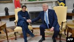 دونالد ترمپ رئیس جمهور امریکا (راست) حین مصافحه با عمران خان صدراعظم پاکستان در قصر سفید. July 22, 2019