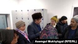 Прибывшая в генеральную прокуратуру Казахстана группа несогласных с вынесенными по их делам или их родственников судебными актами. Нур-Султан, 21 ноября 2019 года.