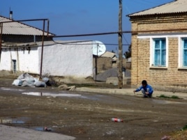 Мальчик играет на улице в туркменском селе Гаверс. 9 марта 2014 года.