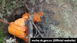 Спасатели достают из грязи пострадавшего, Судак