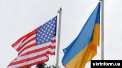 Флаги США и Украины.