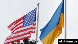 Государственные флаги США и Украины