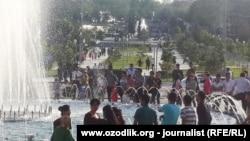 Жители Узбекистана спасаются от летней жары возле фонтанов.