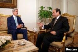 دیدار جان کری (چپ) با رئیسجمهوری مصر، السیسی، در قاهره. ۲۲ ژوئیه ۲۰۱۴