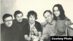 Слева направо: Андрей Сергеев, Лидия Мэлли, Наталия Сухаревич, Иосиф Бродский, Маша Слоним. Москва, 1972 Фото Виктора Голышева