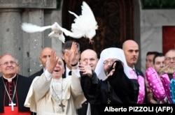 Глава УГКЦ Святослав Шевчук (праворуч) і папа Римський Франциск випускають пару білих голубів біля храму Святої Софії в Римі, 28 січня 2018 року